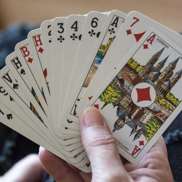 jeux de carte dans main pour jouer belote