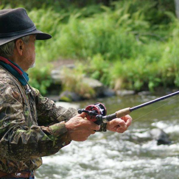 homme qui pêche en rivière
